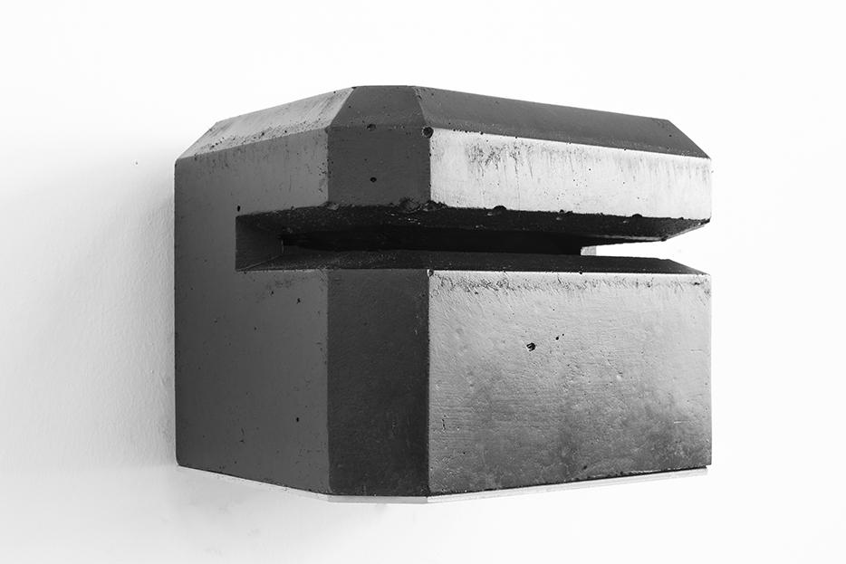 Dunkel Regelbau, béton, peinture et encre à taille douce, 15,5 x 20 x 17 cm, 2018