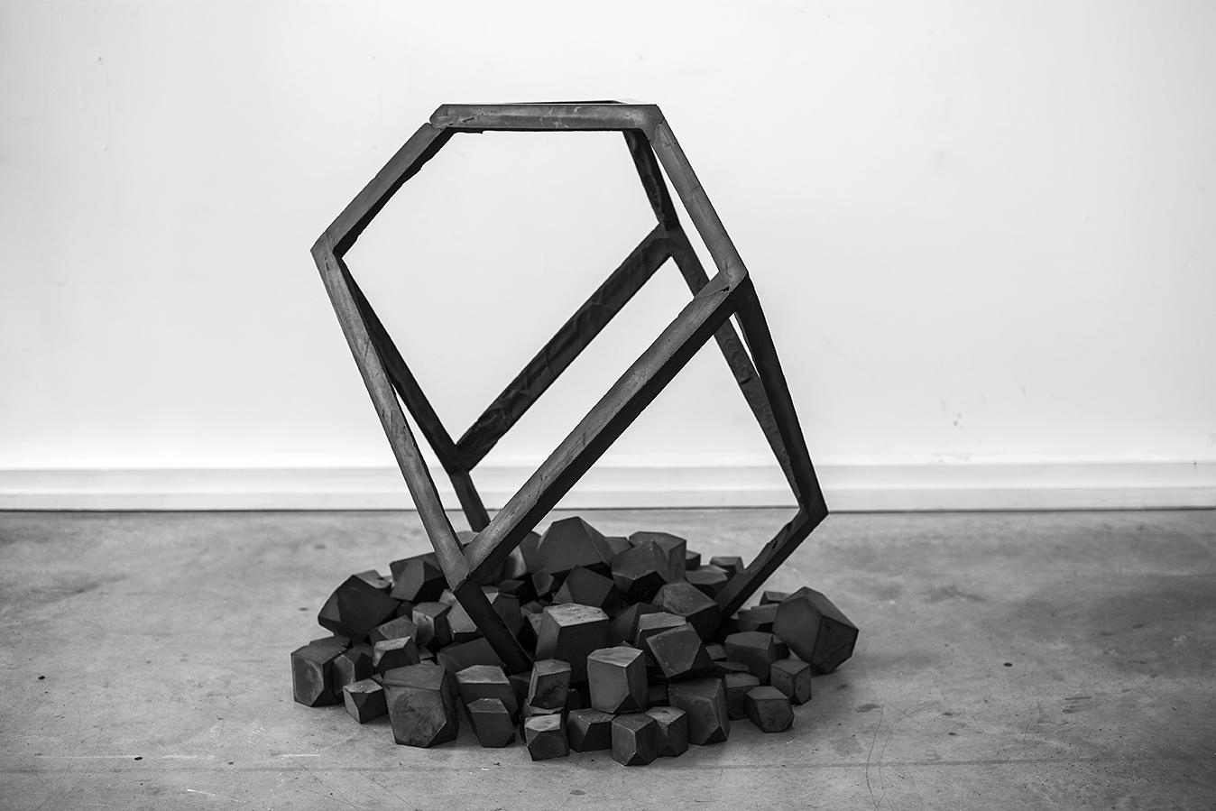 Grand élément noir sur tertre, plâtre et oxyde de fer, 113 x 97 x 97 cm, 2015_2017